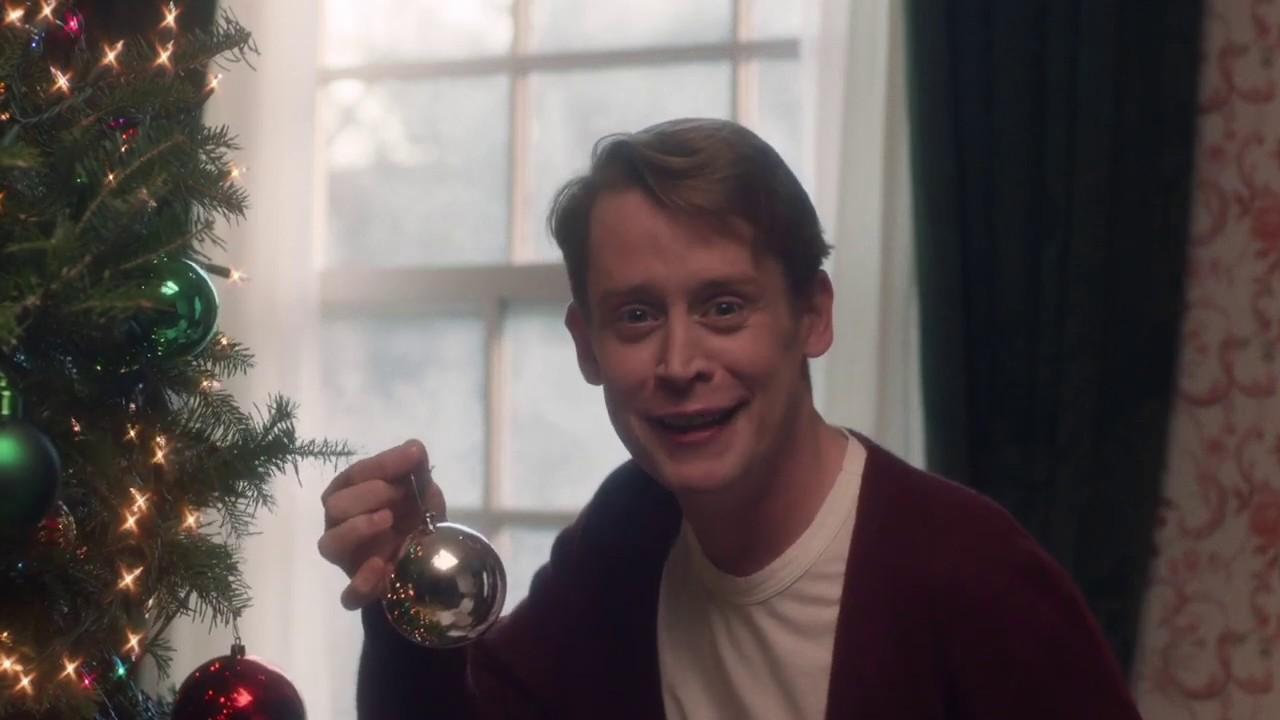 Home Alone Christmas.Macaulay Culkin Returns In A Festive Home Alone Reenactment
